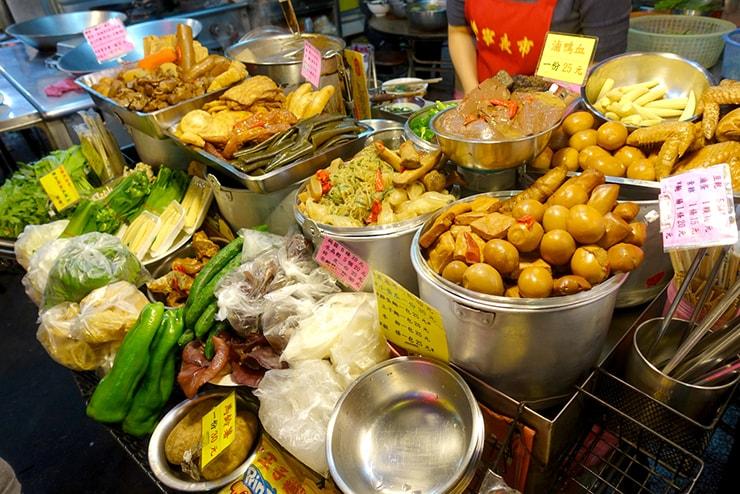 台北・遼寧街夜市「葉記滷味」の軒先に並ぶ食材たち