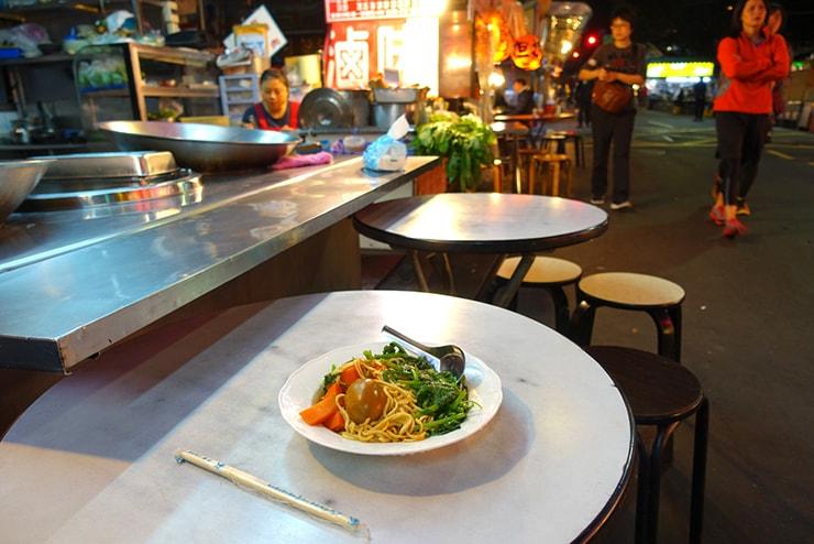 台北・遼寧街夜市「葉記滷味」のテーブル席