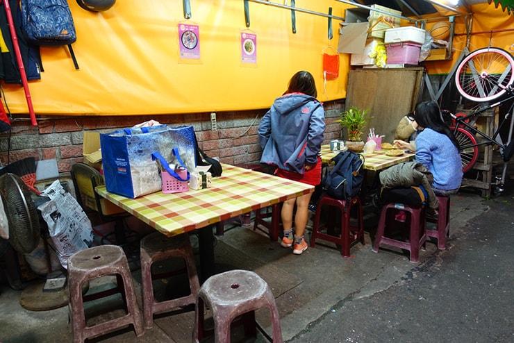台北・遼寧街夜市「以琳廣東粥」のテーブル席