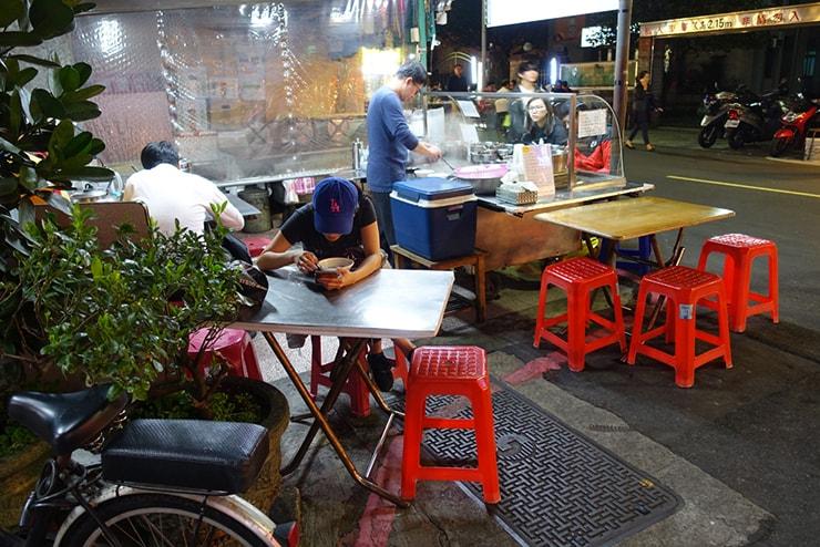 台北・遼寧街夜市「紅心粉圓」のテーブル席
