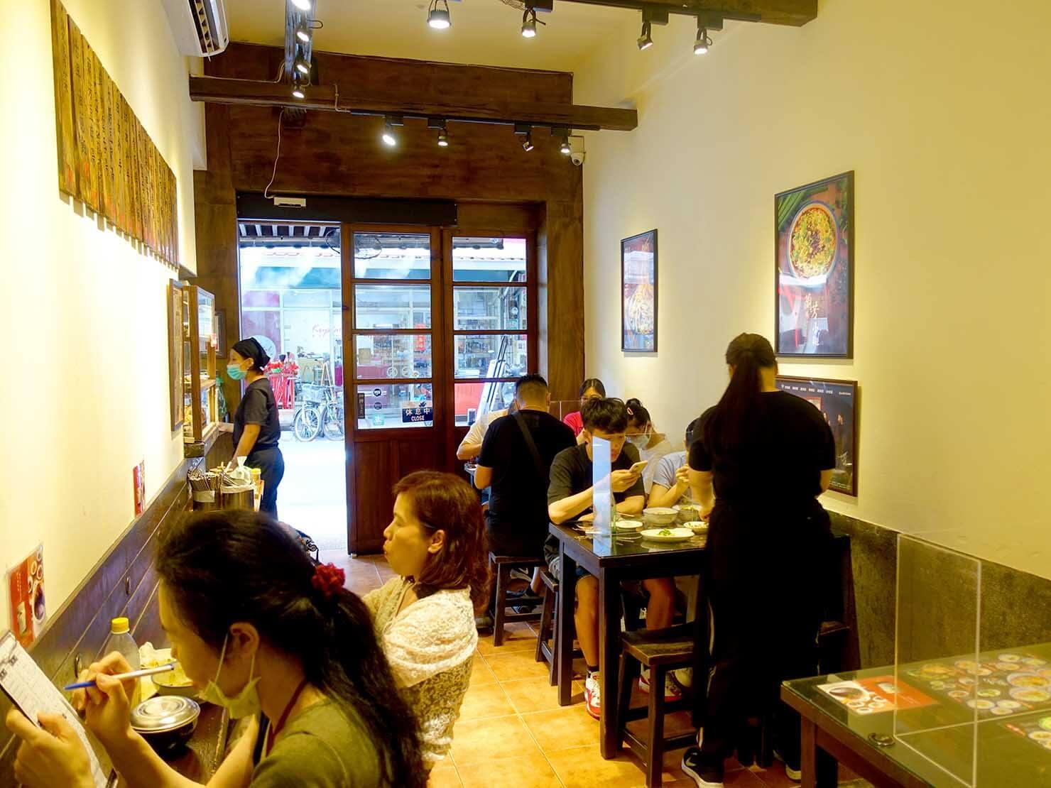 台北・遼寧街夜市のおすすめグルメ店「蘭芳麵食館」の店内