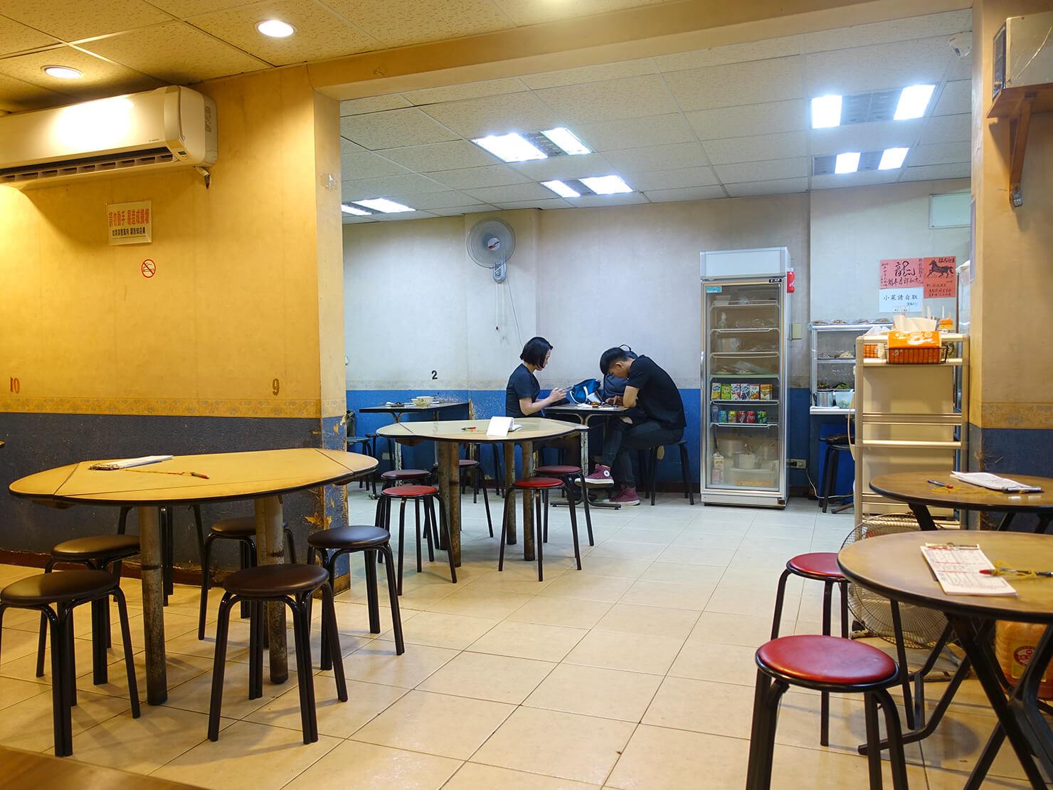 台北・臨江街夜市のおすすめグルメ店「杜記麵館」の店内