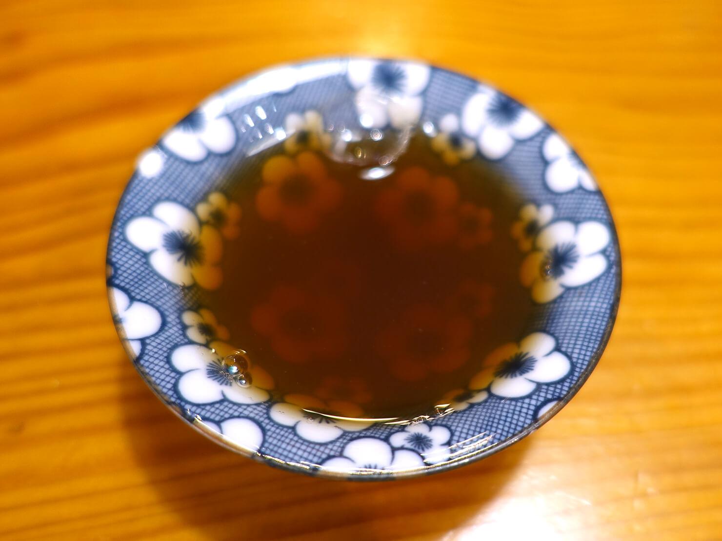台北・臨江街夜市のおすすめグルメ店「一兩十錢青草舖」の桂花烏梅茶クローズアップ