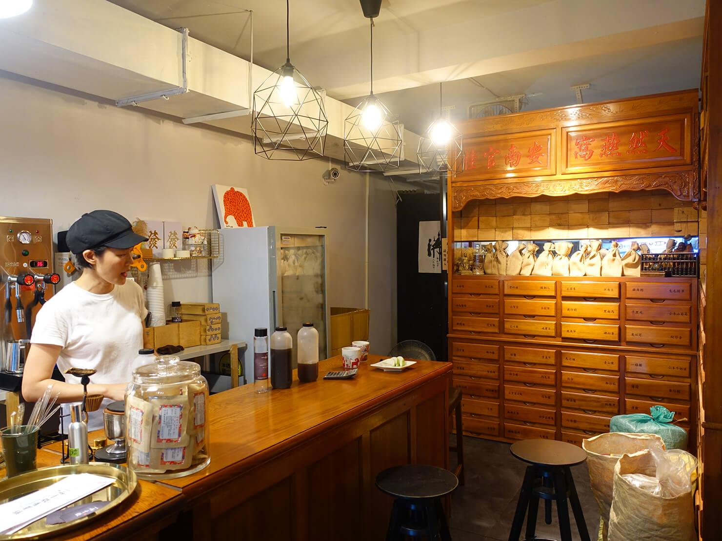 台北・臨江街夜市のおすすめグルメ店「一兩十錢青草舖」の店内