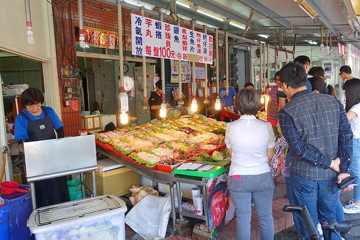 高雄・旗津の海鮮料理店に並ぶ新鮮な魚介類