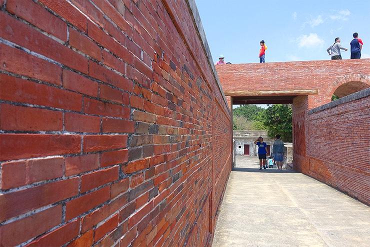 高雄・旗津の人気観光スポット「旗後炮台」のレンガ造りの壁