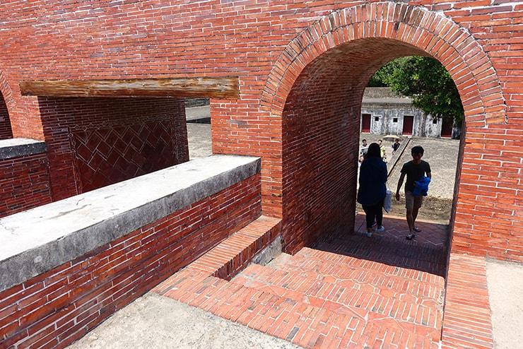 高雄・旗津の人気観光スポット「旗後炮台」のレンガ造りのアーチ