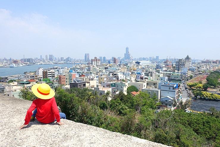高雄・旗津の人気観光スポット「旗後炮台」から望む高雄の街並み
