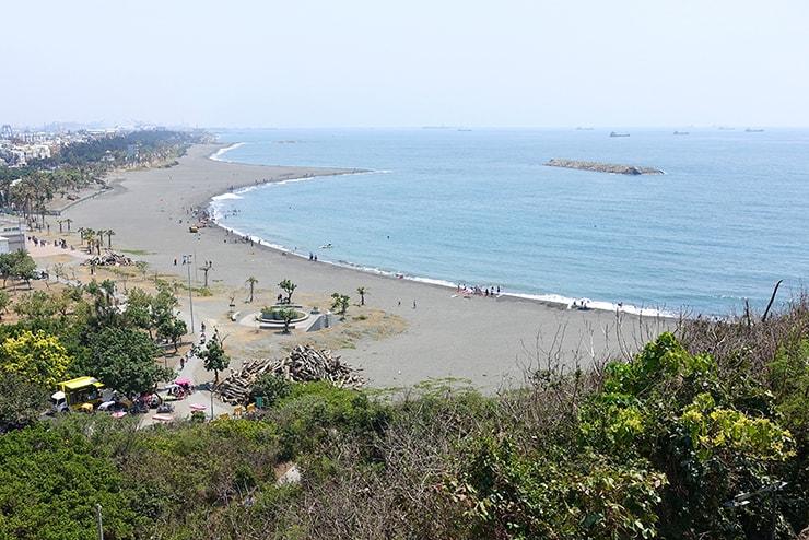 高雄・旗津の人気観光スポット「旗後炮台」から望む旗津のビーチ