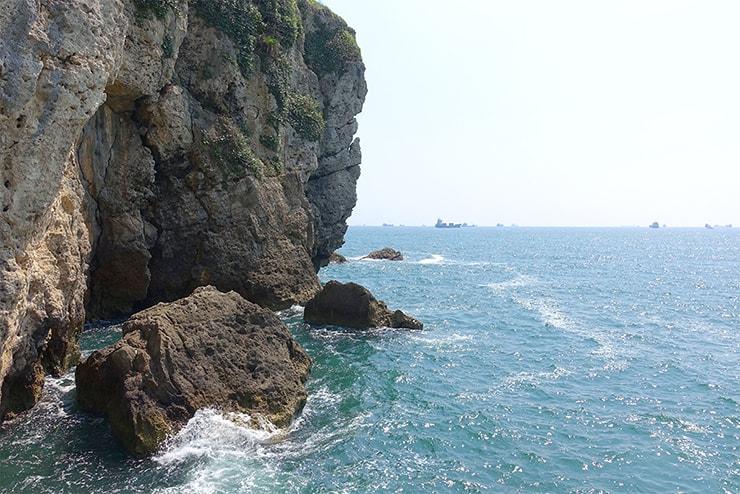 高雄・旗津の人気観光スポット「星光隧道」の先にある岩壁