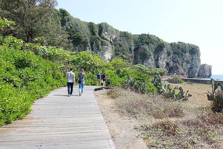 高雄・旗津の人気観光スポット「星光隧道」の先に伸びる遊歩道