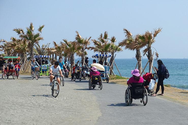 高雄・旗津のサイクリングロード「踩風大道」で海辺を走る自転車たち