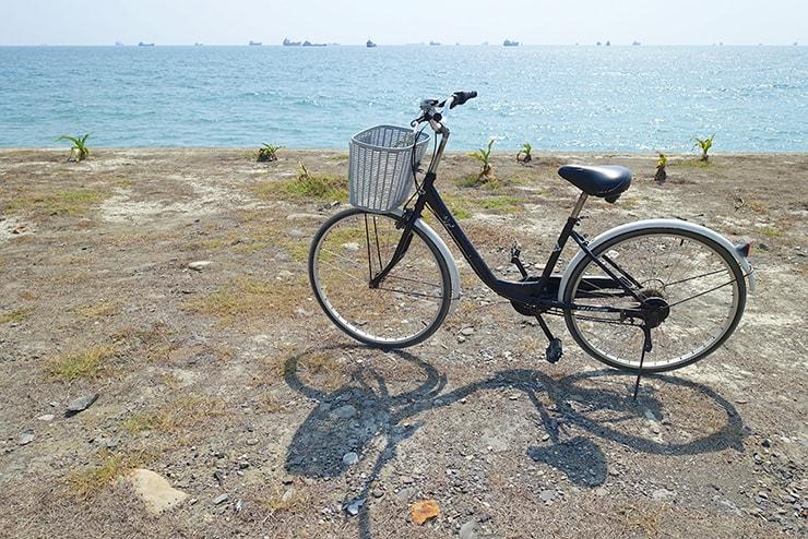 高雄・旗津の海辺に停めた自転車