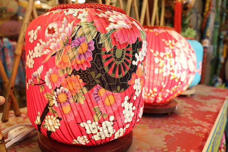 高雄・美濃の人気観光スポット「原鄉緣紙傘文化村」の花布提灯