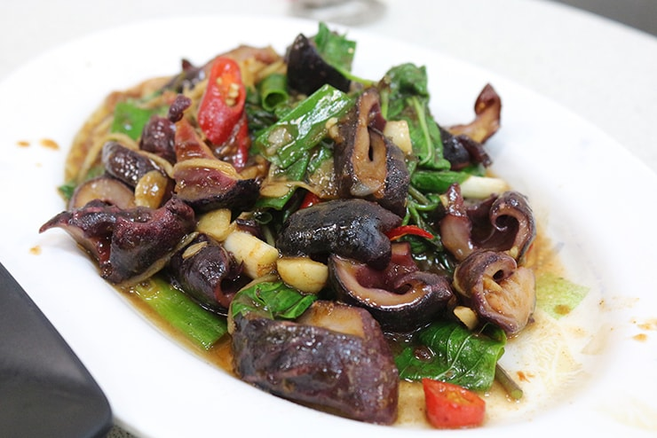高雄・旗津の海鮮料理店でいただけるイカと野菜の炒め物