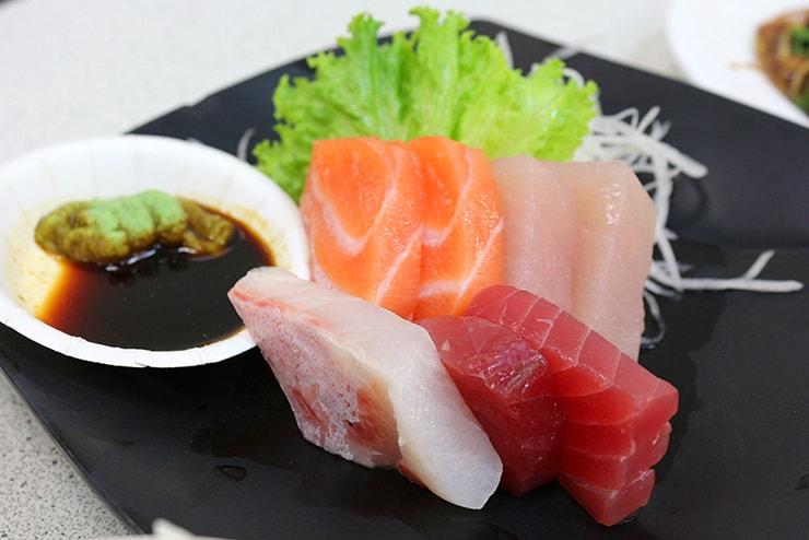 高雄・旗津の海鮮料理店でいただける刺身盛り合わせ