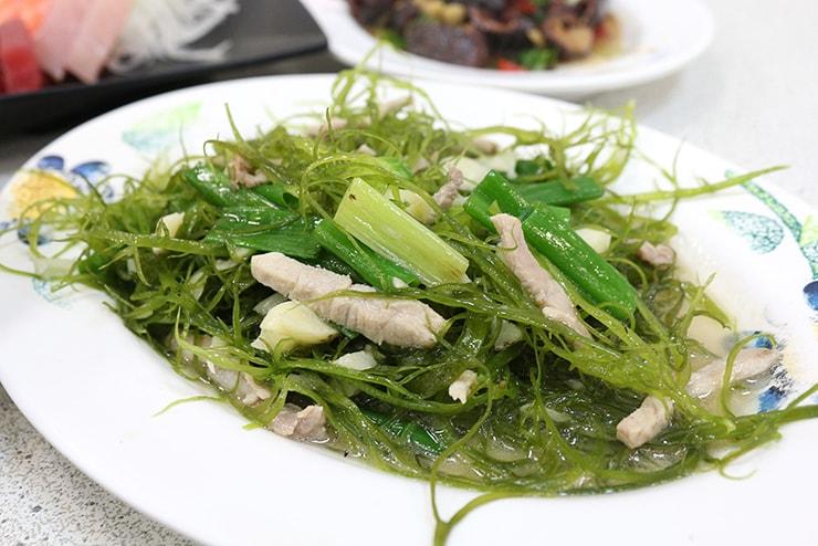 高雄・旗津の海鮮料理店でいただける豚肉と海藻の炒め物