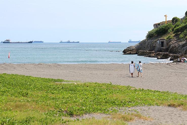 高雄・旗津のビーチでサーフィンへと向かう二人のサーファー