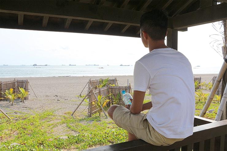 高雄・旗津のビーチから海を眺める