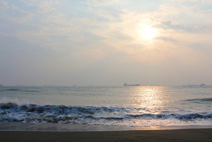 高雄・旗津のビーチから眺める夕日