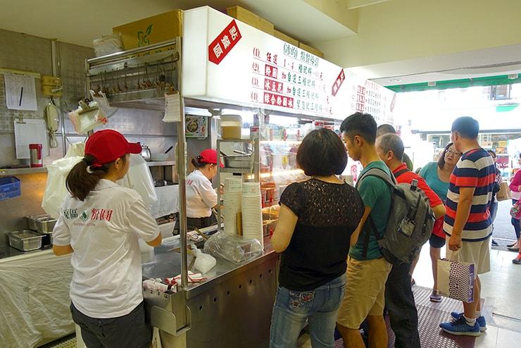 台北・東區(忠孝敦化)の人気台湾デザート店「東區粉圓」のカウンター