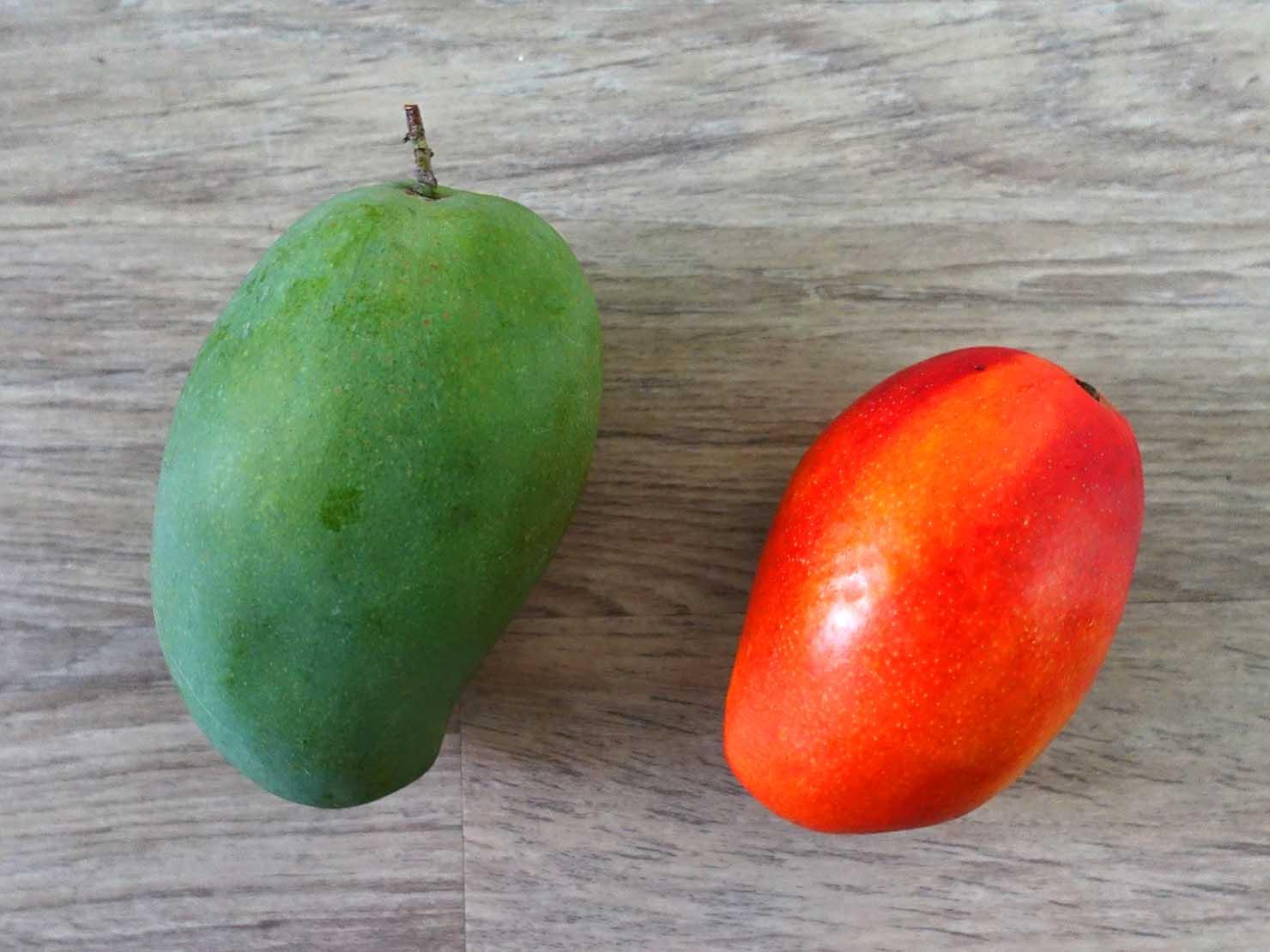 台湾のちょっと珍しい緑のマンゴー「烏香芒果」と定番の赤いマンゴー「愛文芒果」