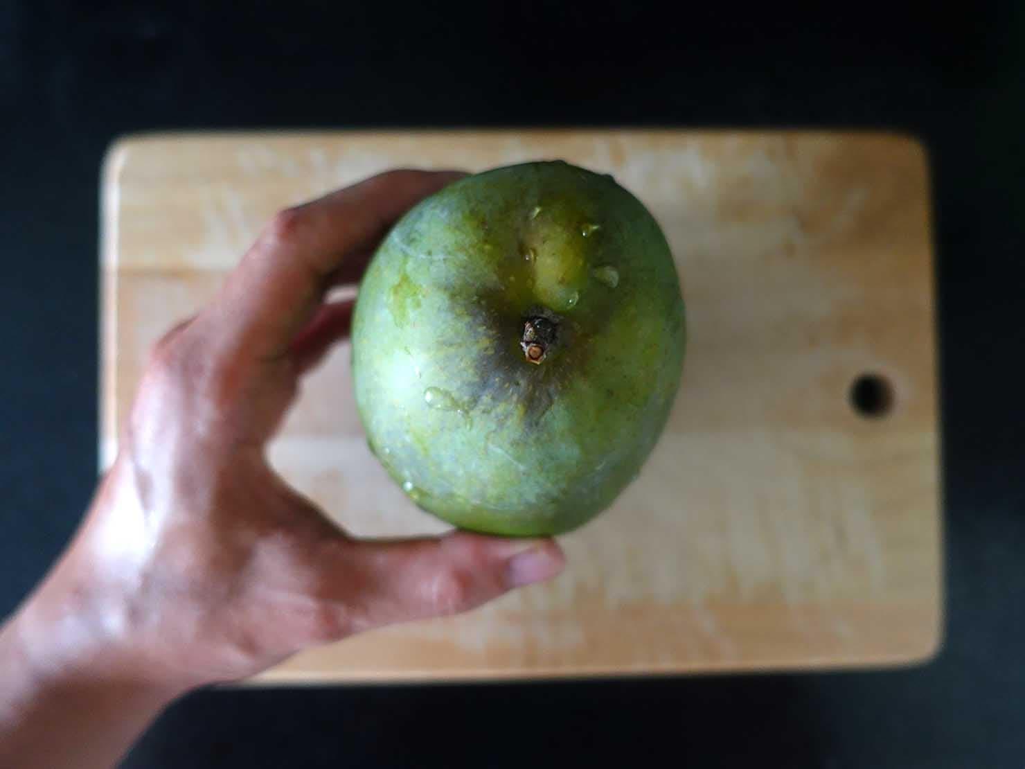 台湾のちょっと珍しい緑のマンゴー「烏香芒果」の切り方(切る前)
