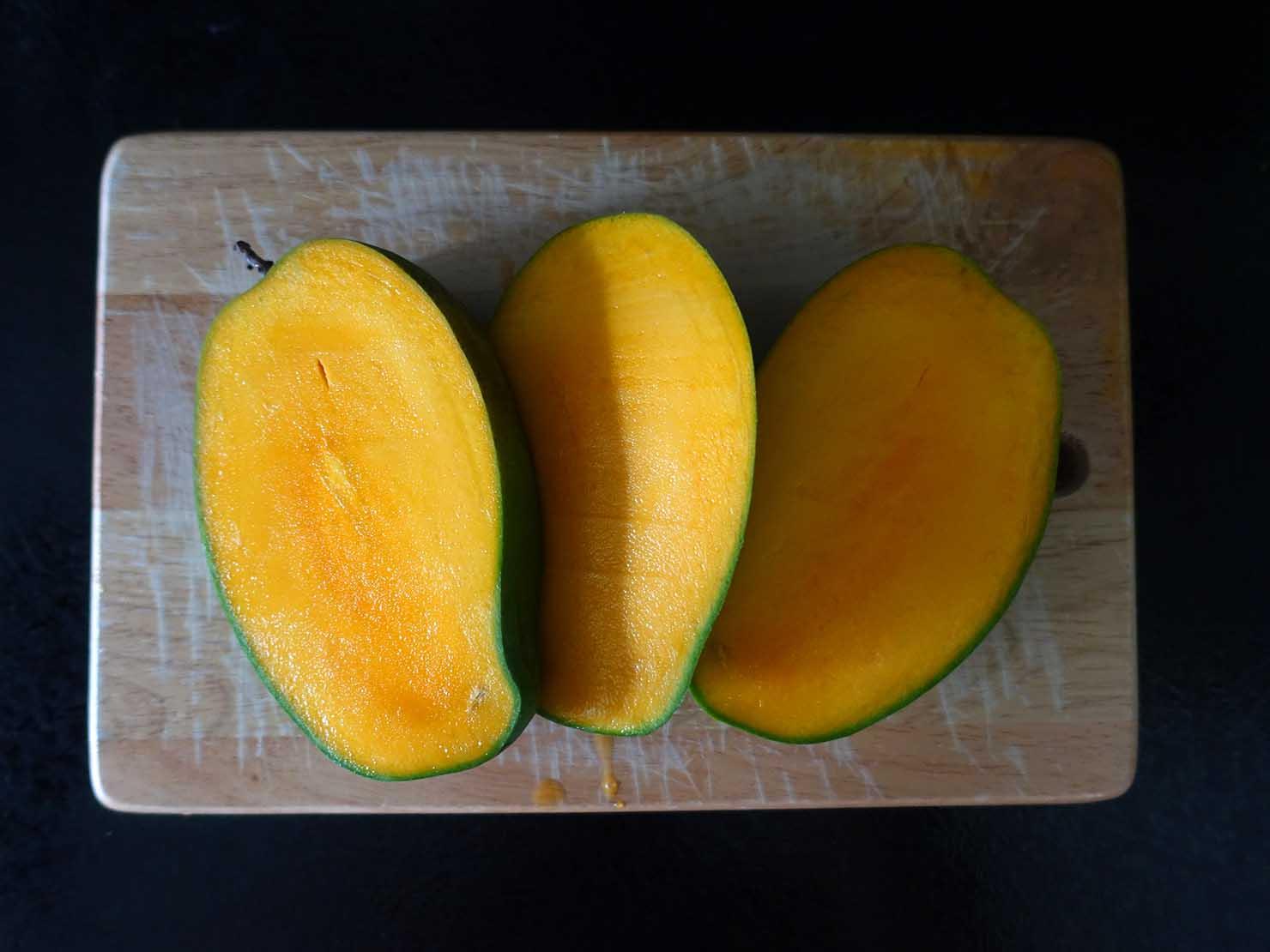 台湾のちょっと珍しい緑のマンゴー「烏香芒果」の切り方(三枚おろし)