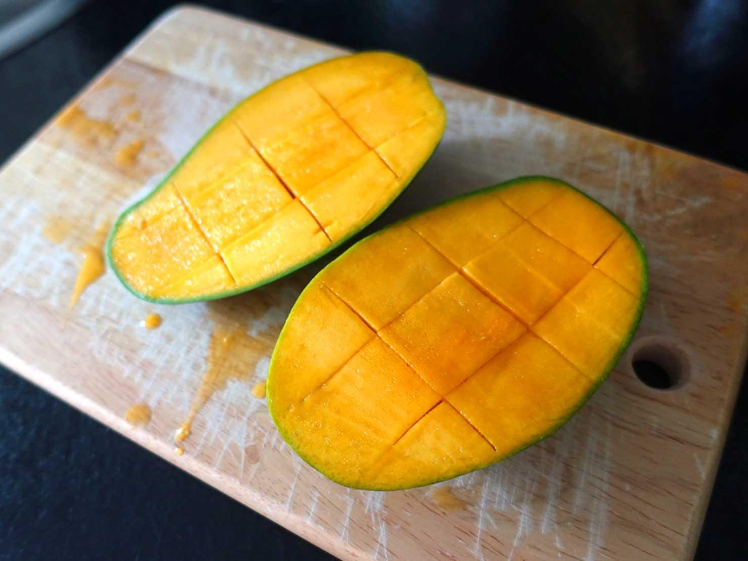 台湾のちょっと珍しい緑のマンゴー「烏香芒果」の切り方(さいの目に切り込み)