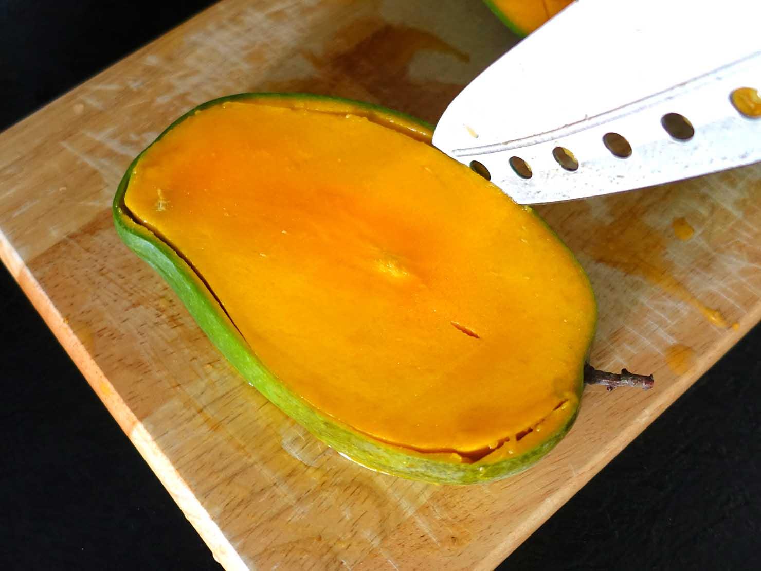 台湾のちょっと珍しい緑のマンゴー「烏香芒果」の切り方(タネの周り)