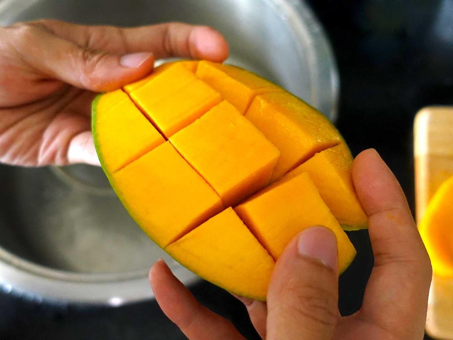 台湾のちょっと珍しい緑のマンゴー「烏香芒果」の切り方(皮を押す)
