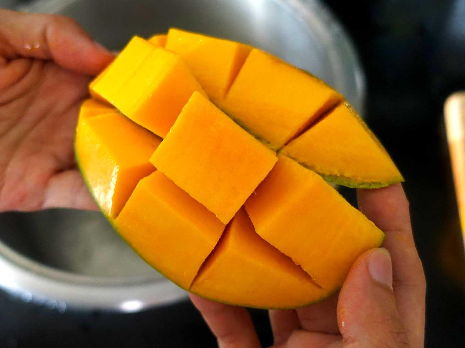 台湾のちょっと珍しい緑のマンゴー「烏香芒果」の切り方(飛び出す果肉)
