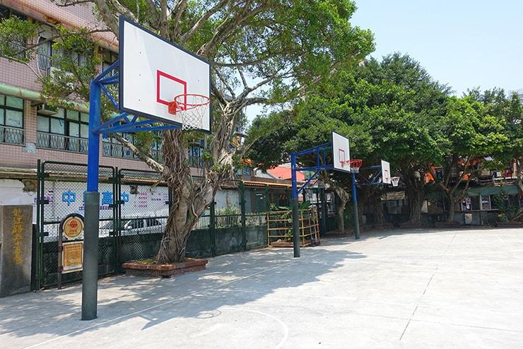 台北・遼寧街夜市の隣にある公園のバスケットコート