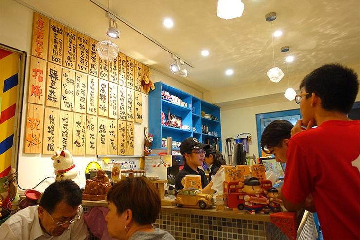 台北・四平街(松江南京)のおすすめマンゴーかき氷店「綠豆蒜啥咪」のカウンター