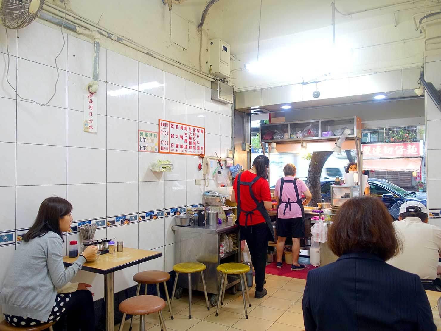 台北・寧夏夜市のおすすめグルメ店「阿川蚵仔麵線」の店内