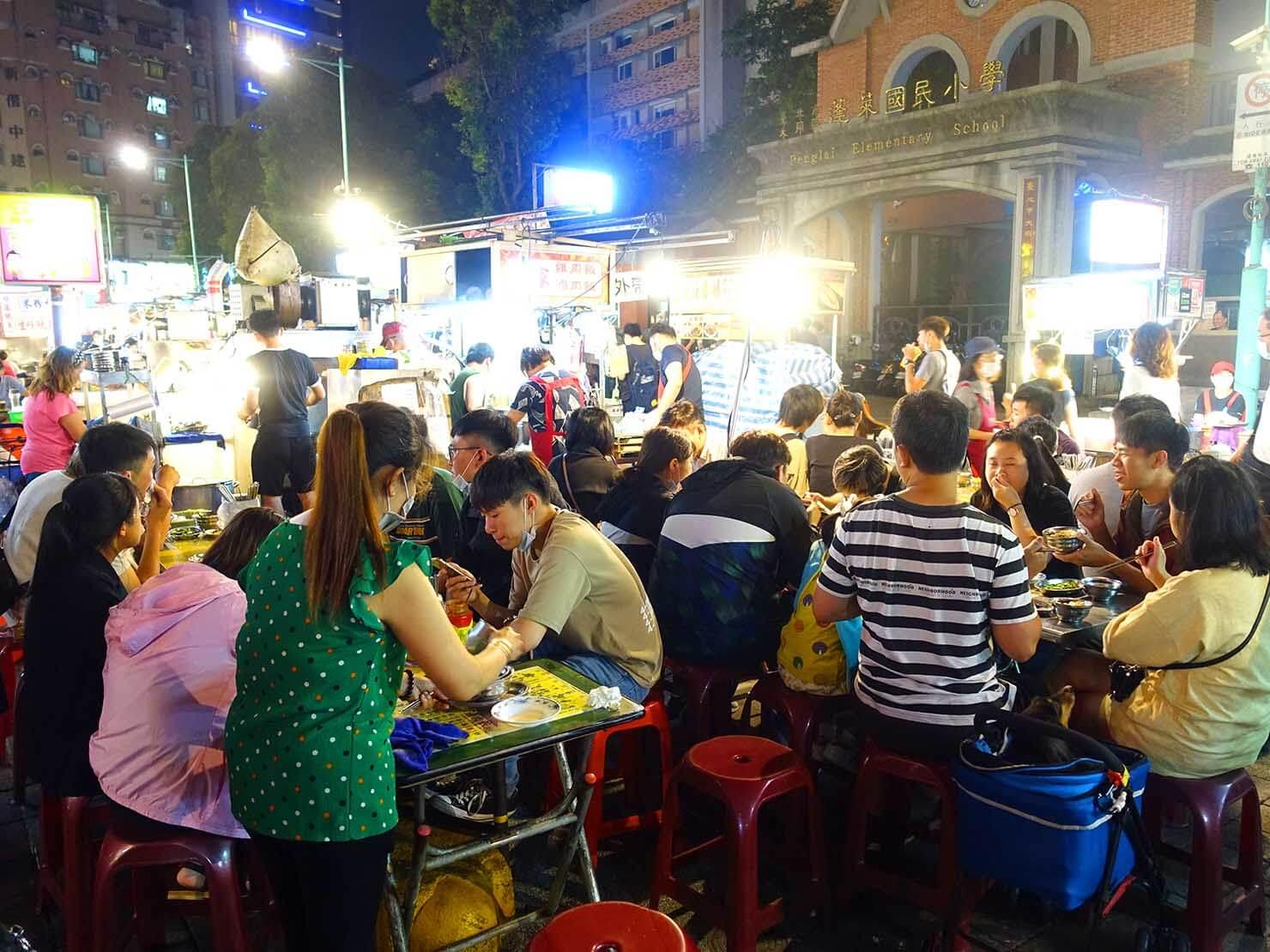 台北・寧夏夜市のおすすめグルメ店「方家雞肉飯」のテーブル席