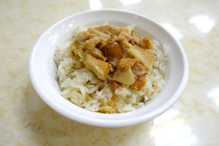 台北駅最寄りの人気夜市・寧夏夜市の牡蠣オムレツの名店「圓環邊蚵仔煎」の米糕
