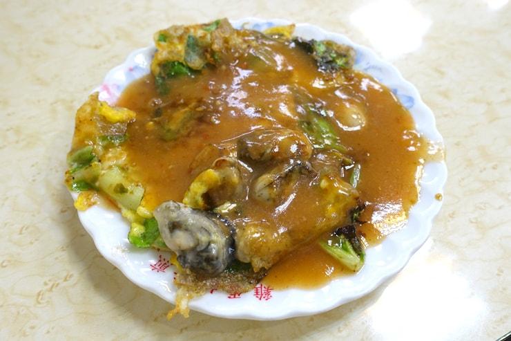 台北駅最寄りの人気夜市・寧夏夜市の牡蠣オムレツの名店「圓環邊蚵仔煎」の蚵仔煎(牡蠣オムレツ)