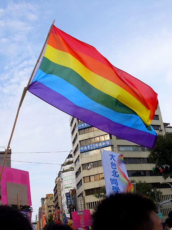 台湾LGBTプライドで空高く掲げられるレインボーフラッグ