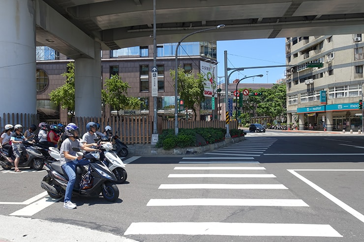 台北MRT(地下鉄)北門駅3番出口前の交差点