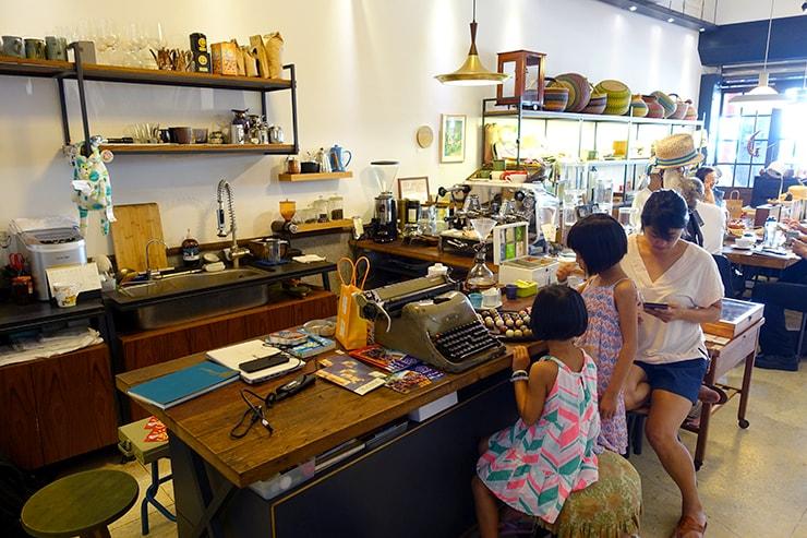 台北・迪化街のおしゃれな古民家リノベゲストハウス「OrigInn Space」のカフェスペース