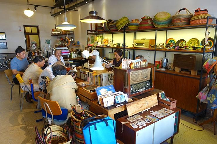 台北・迪化街のおしゃれな古民家リノベゲストハウス「OrigInn Space」のロビー兼カフェ店内