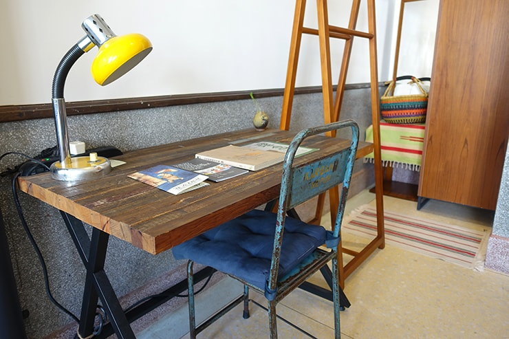台北・迪化街のおしゃれな古民家リノベゲストハウス「OrigInn Space」スタンダードダブルルームのテーブル