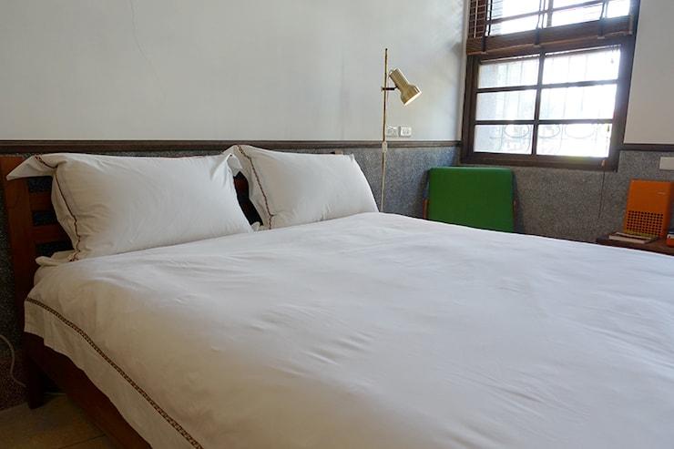 台北・迪化街のおしゃれな古民家リノベゲストハウス「OrigInn Space」のスタンダードダブルルームのダブルベッド