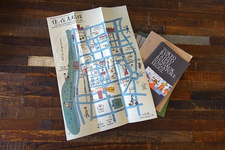 台北・迪化街のおしゃれな古民家リノベゲストハウス「OrigInn Space」スタンダードダブルルームのテーブルに置かれた大稻埕観光マップ