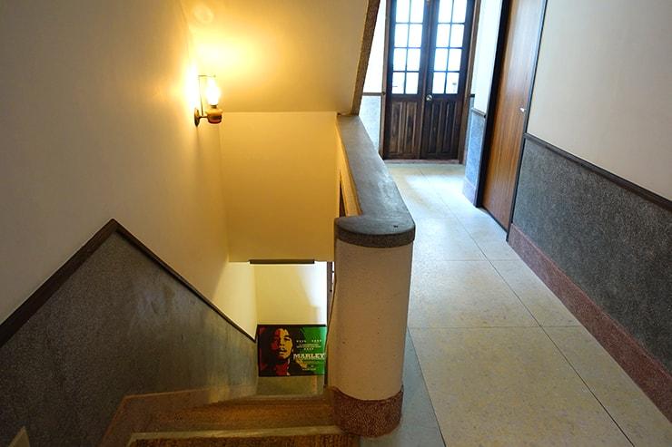 台北・迪化街のおしゃれな古民家リノベゲストハウス「OrigInn Space」の廊下と階段