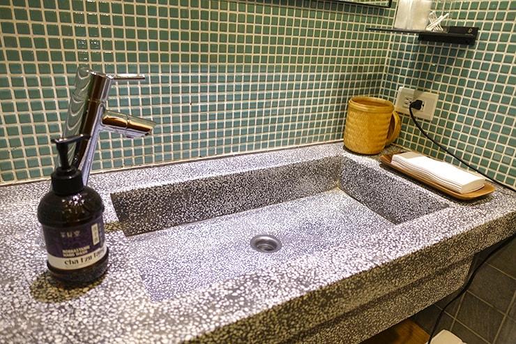 台北・迪化街のおしゃれな古民家リノベゲストハウス「OrigInn Space」共用バスルームのシンク
