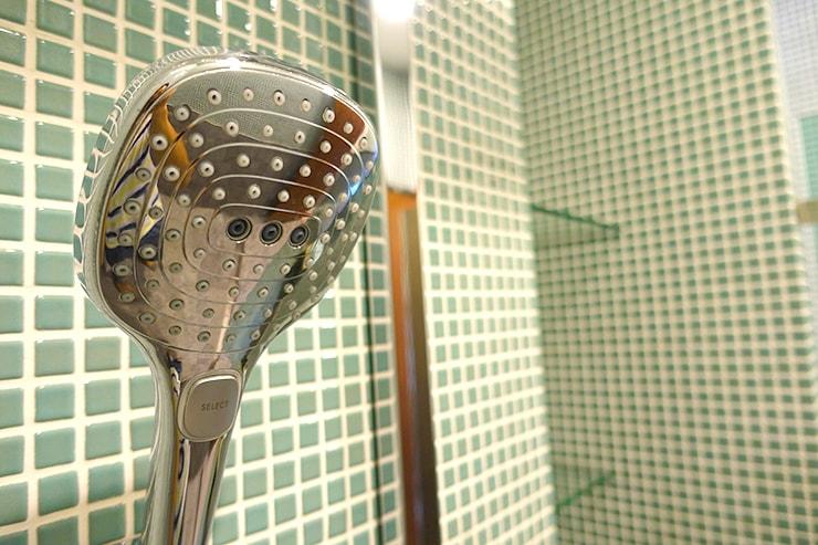 台北・迪化街のおしゃれな古民家リノベゲストハウス「OrigInn Space」共用バスルームのシャワー