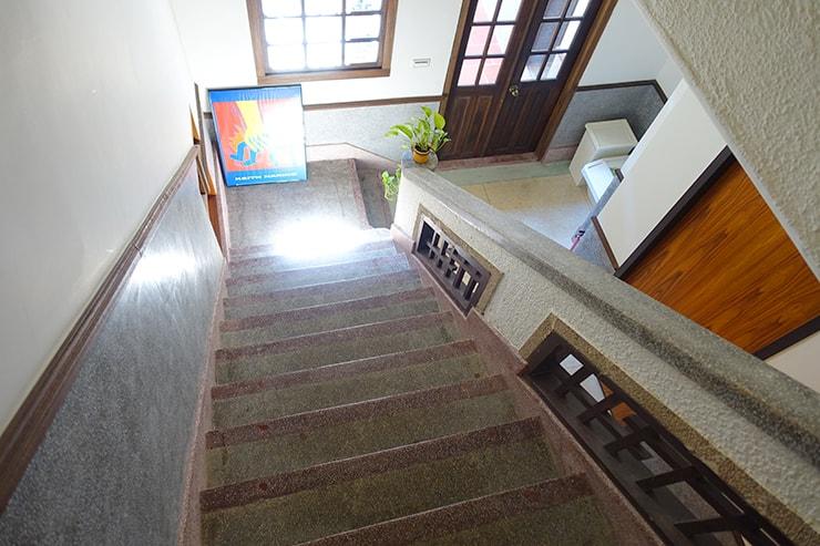 台北・迪化街のおしゃれな古民家リノベゲストハウス「OrigInn Space」の階段から眺める2階の廊下