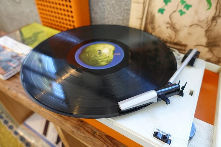 台北・迪化街のおしゃれな古民家リノベゲストハウス「OrigInn Space」スタンダードダブルルームのレコードプレーヤー